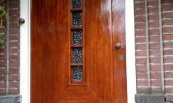 Verweerde voordeur weer als nieuw